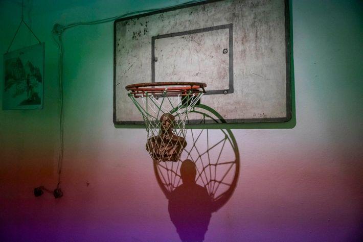 Un busto del exdictador Enver Hoxha en una canastade baloncesto