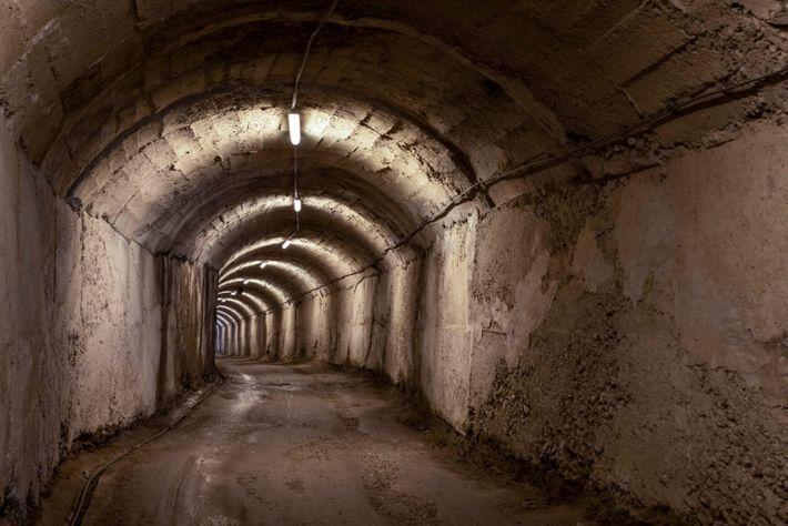Túnel en las montañas a las afueras de Tirana