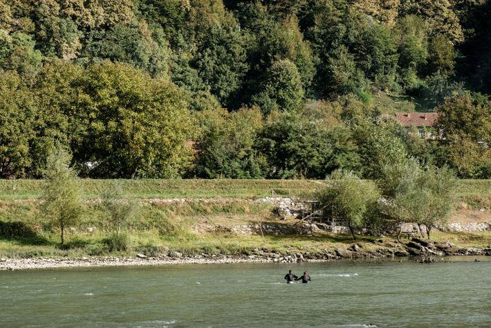 Dos migrantes cruzan el río Drina entre Bosnia y Serbia