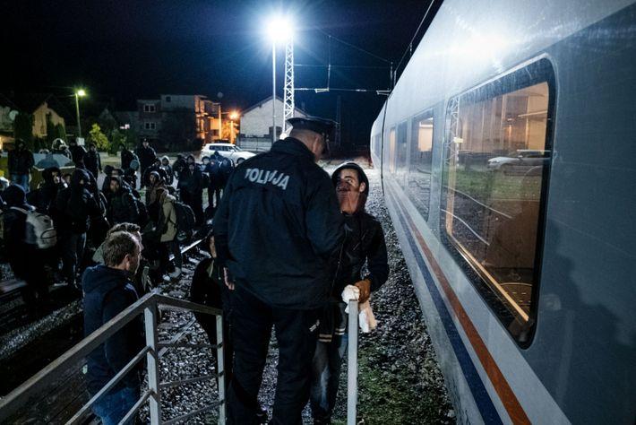 La policía bosnia obliga a migrantes y refugiados a bajar del tren