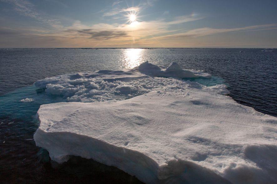 Los témpanos de hielo flotan en el estrecho de Fram entre Svalbard y Groenlandia.