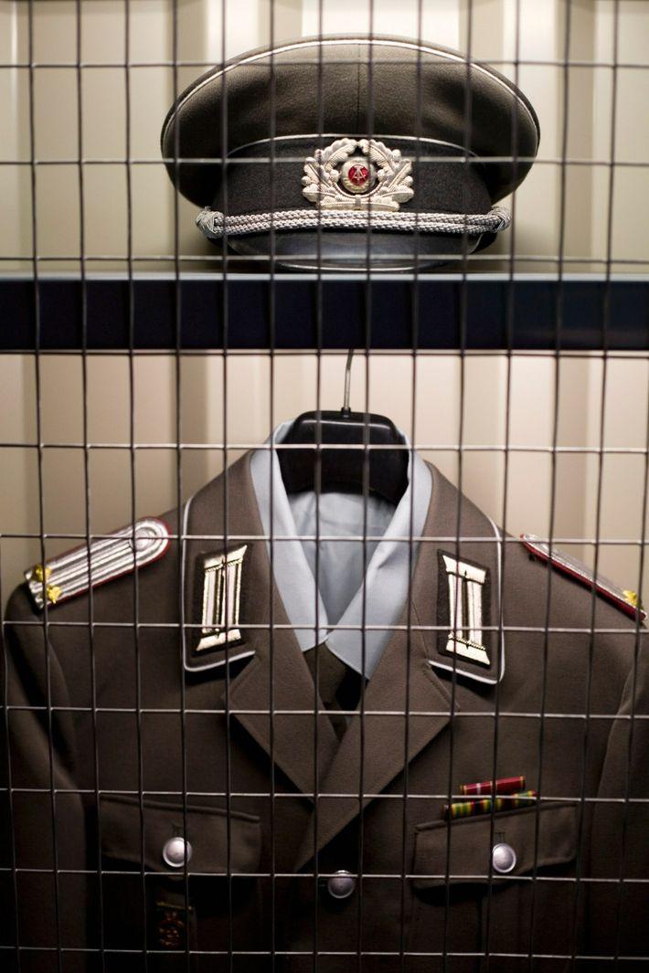 Un uniforme de la policía secreta de la República Democrática de Alemania
