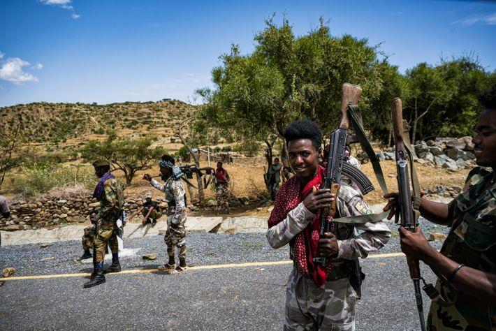 Los soldados de Tigray caminan por la aldea de Adi Chilo