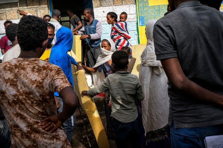 Distribución de colchones donados por civiles