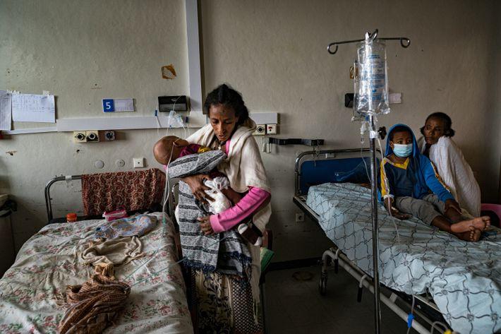 Letebrhan Desaley sostiene a su bebé desnutrido