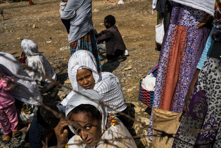 Las mujeres hacen cola en Agulae
