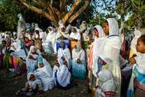 Cristianos ortodoxos se reúnen para rezar