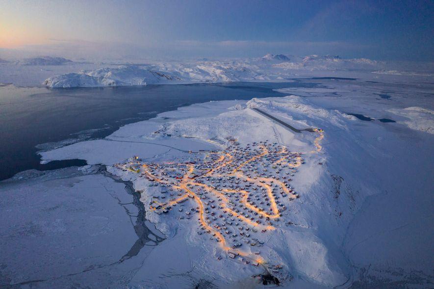 Chu caminó cerca del aeropuerto local para tener una vista panorámica de Upernavik. Cuando las casas ...