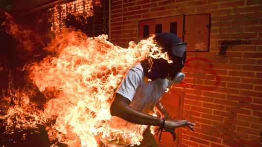 El fotoperiodista Ronaldo Schemidt recoge el premio World Press Photo a la mejor foto del ...