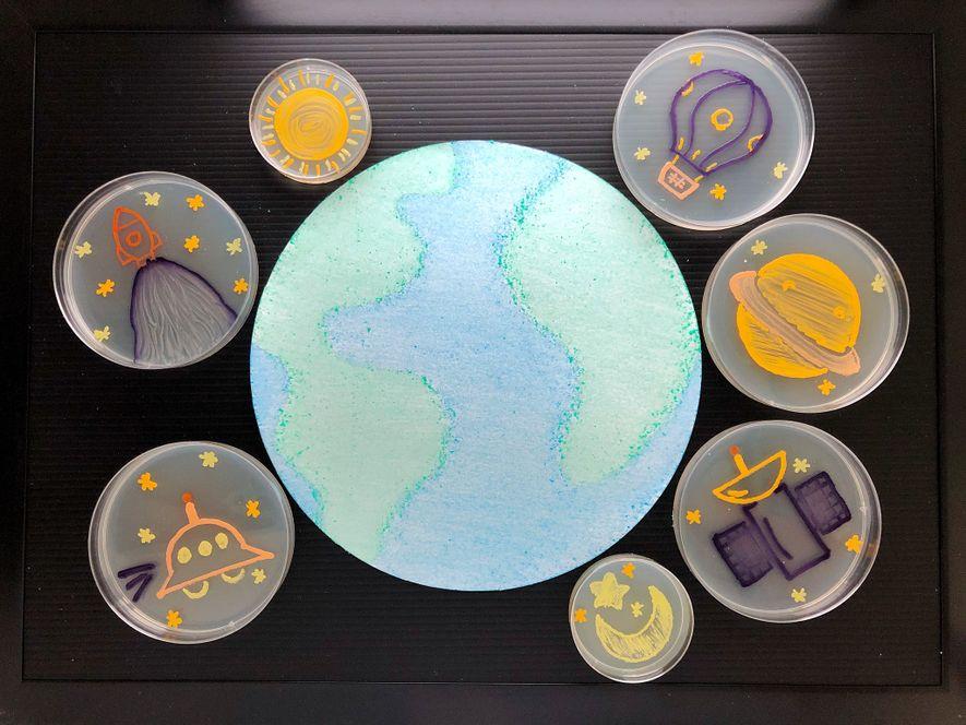 Siete obras de arte en agar representan objetos celestes que rodean la Tierra en una fotografía ...