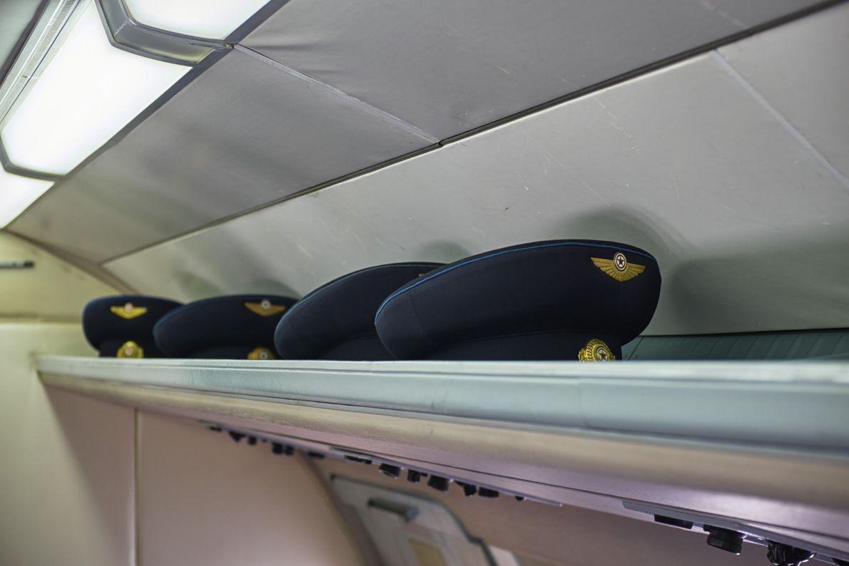 Una hilera de gorras de piloto