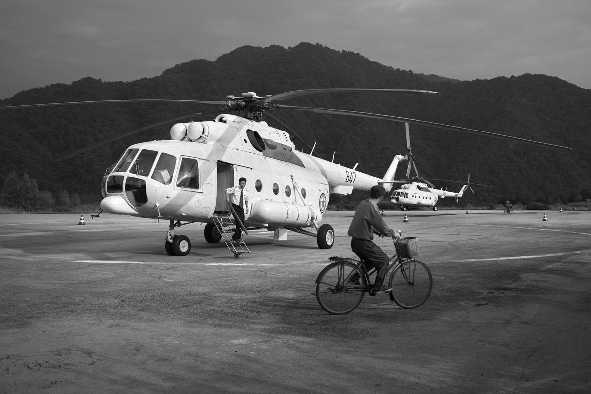 Un piloto desembarca de un helicóptero