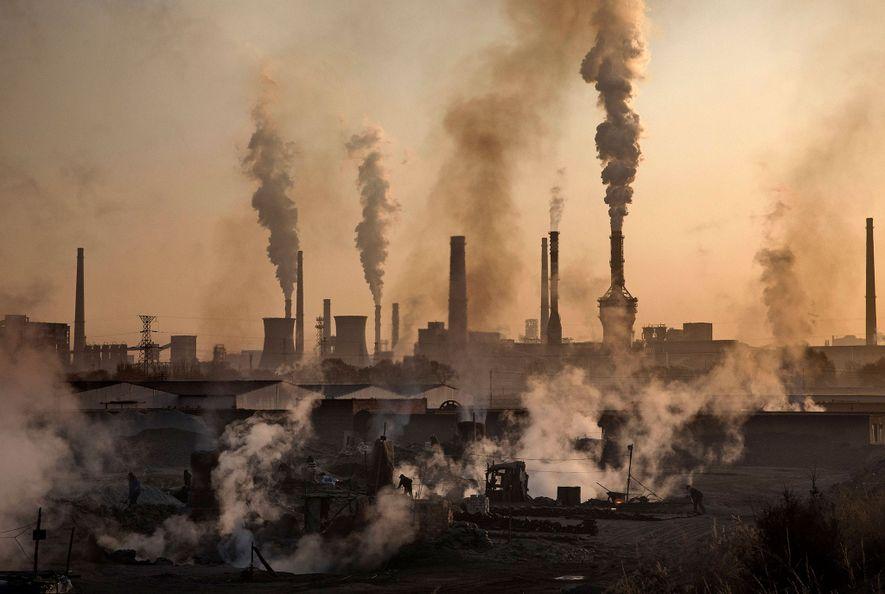 El humo sale de una gran planta siderúrgica en China. La Organización Mundial de la Salud estima que nueve de cada 10 personas del mundo respiran aire contaminado.