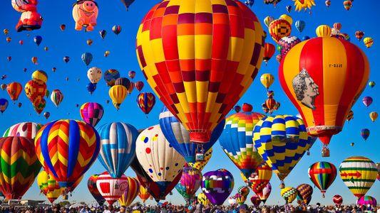 Cientos de globos aerostáticos llenan los cielos en el festival internacional de Albuquerque