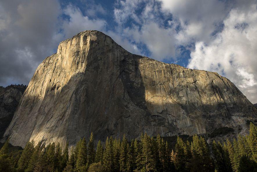 Las sombras se ciernen sobre El Capitán, en el parque nacional de Yosemite, California.