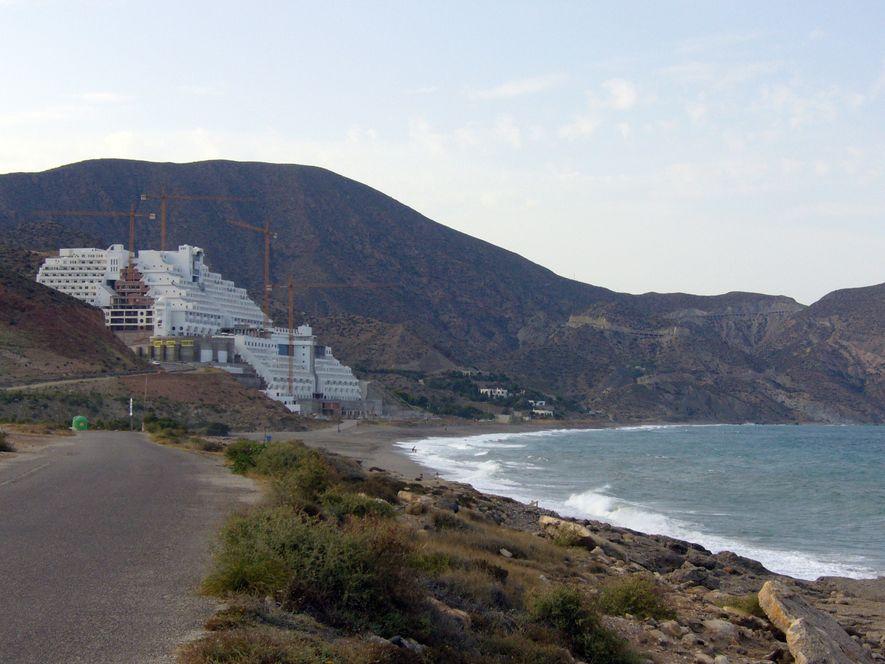 """Una sentencia del tribunal Supremo paralizó la construcción del hotel ilegal """"El Algarrobico"""" en Almería, por ..."""