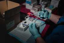 Una enfermera prepara los viales de la vacuna de Pfizer-BioNTech