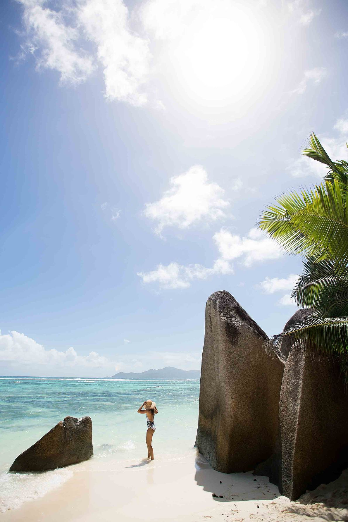 Imagen de una mujer en la playa de Anse Source d'Argent en La Digue, Seychelles
