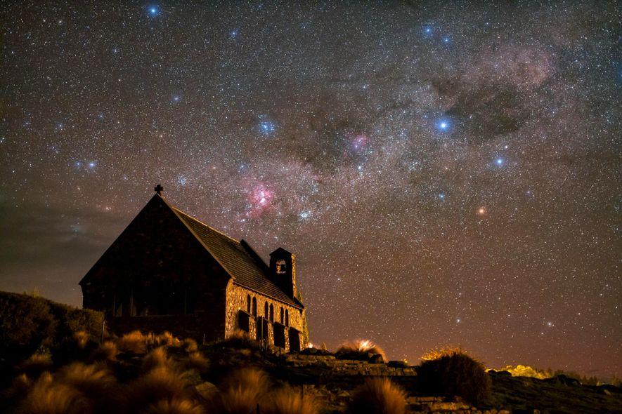 Las estrellas brillan sobre la iglesia del Buen Pastor en la reserva Aoraki Mackenzie de Nueva ...