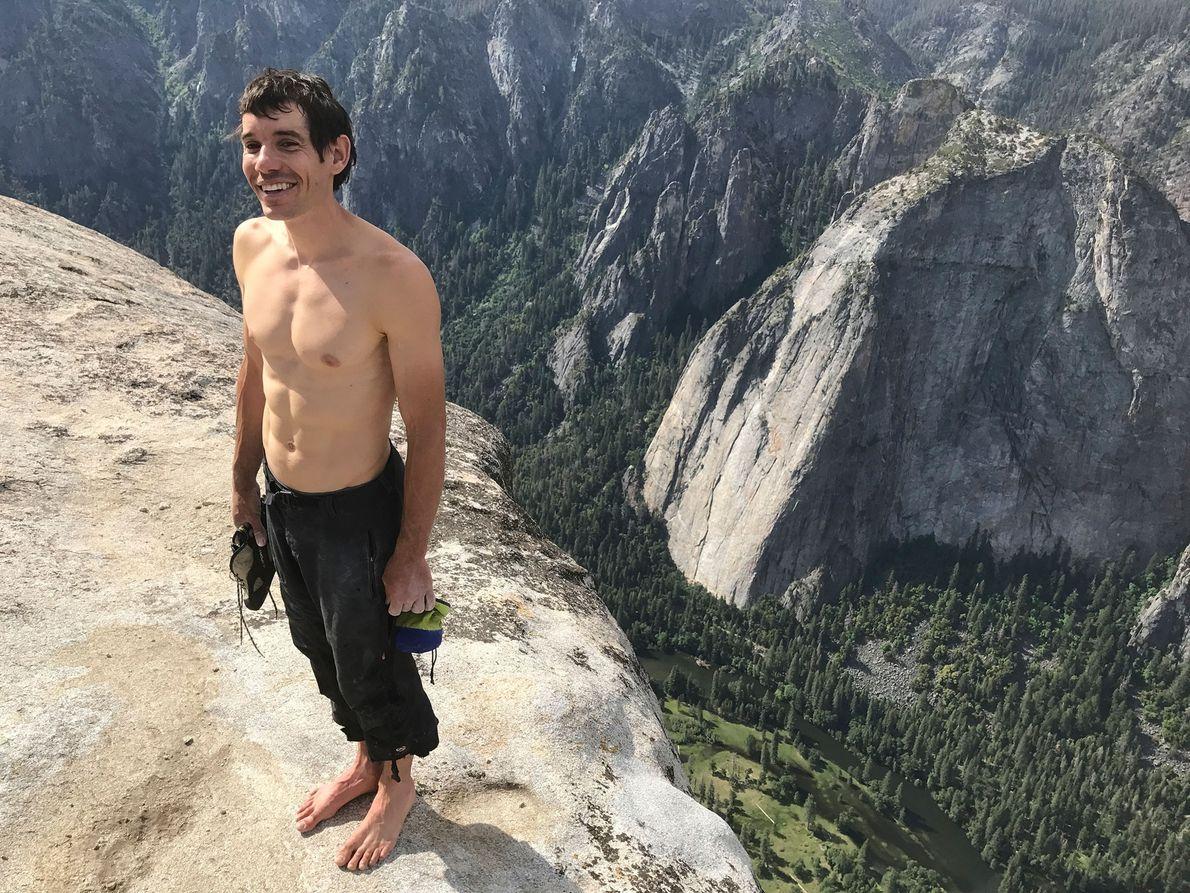 Honnold se encuentra en la cima de El Capitán después de completar su primer free solo.
