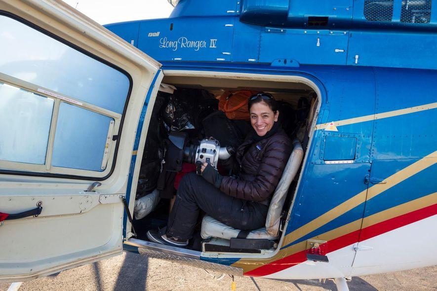 La fotógrafa y científica marina Cristina Mittermeier en un helicóptero en el territorio canadiense de Yukon.