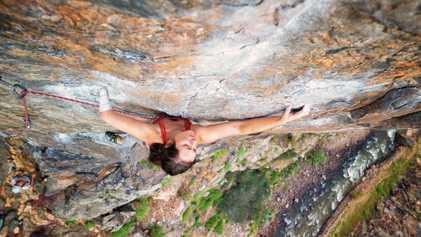 La campeona del mundo que reinventa la escalada en roca con una sola mano
