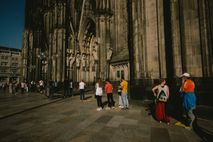 Cola de espera en la catedral de Colonia (Alemania) durante la pandemia de coronavirus.