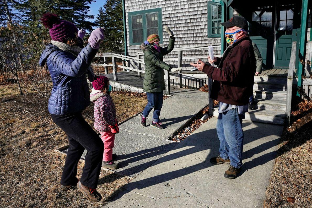 Habitantes de Islesford, Maine (EE. UU) —Lindsay Eysnogle y su hija Marina Pickering (a la izquierda) ...