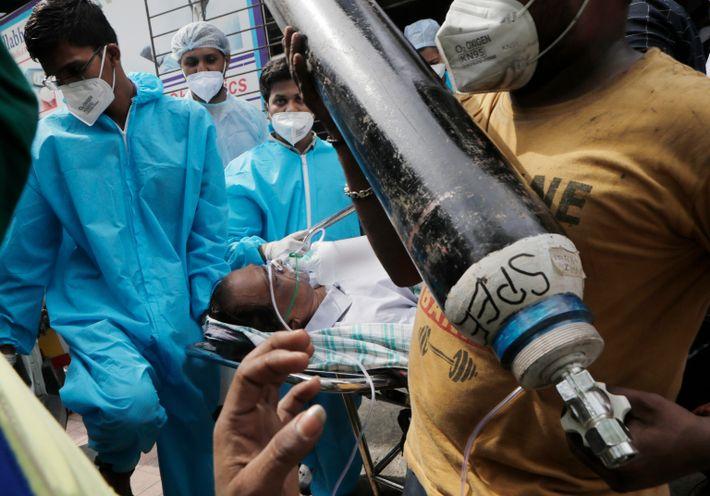 Los sanitarios transportan a un paciente