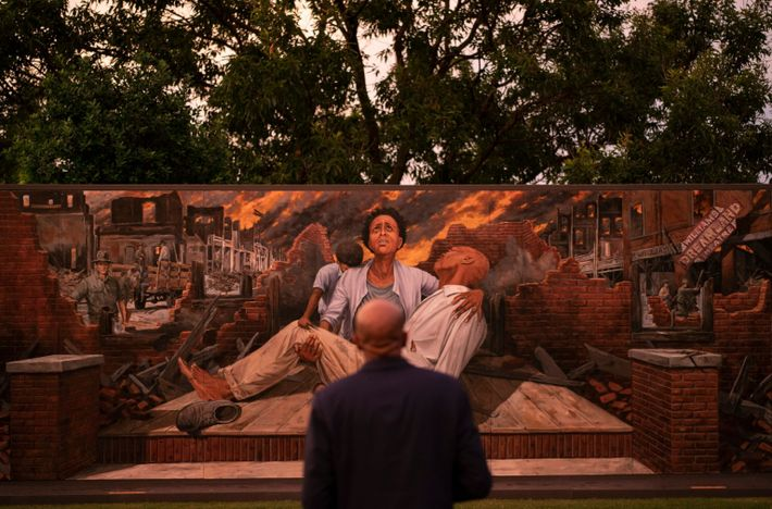 Un hombre contempla un mural que representa la masacre racial de Tulsa