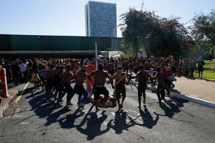 Manifestantes indígenas bailan frente al Palacio del Congreso