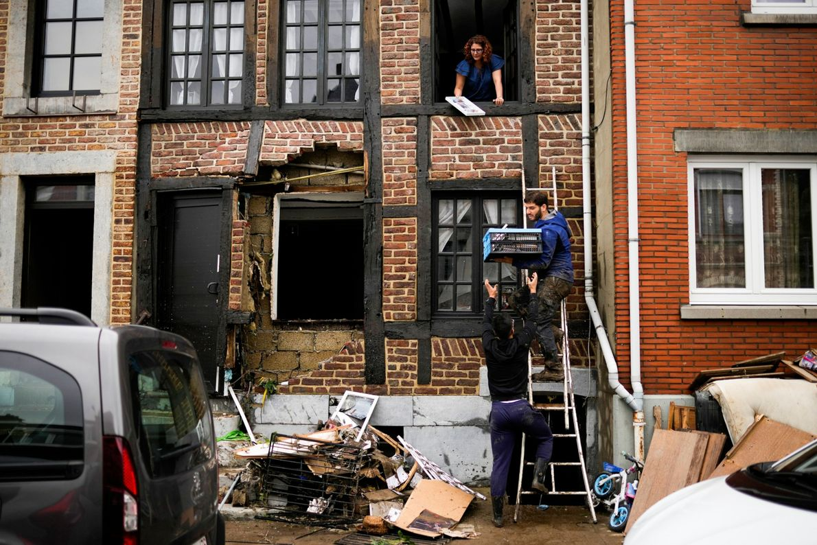 Un hombre utiliza una escalera para recuperar sus pertenencias