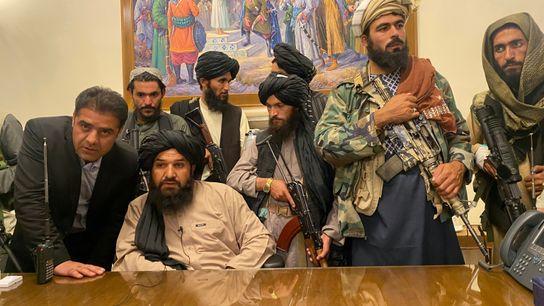 Soldados talibanes toman el control del palacio presidencial de Afganistán