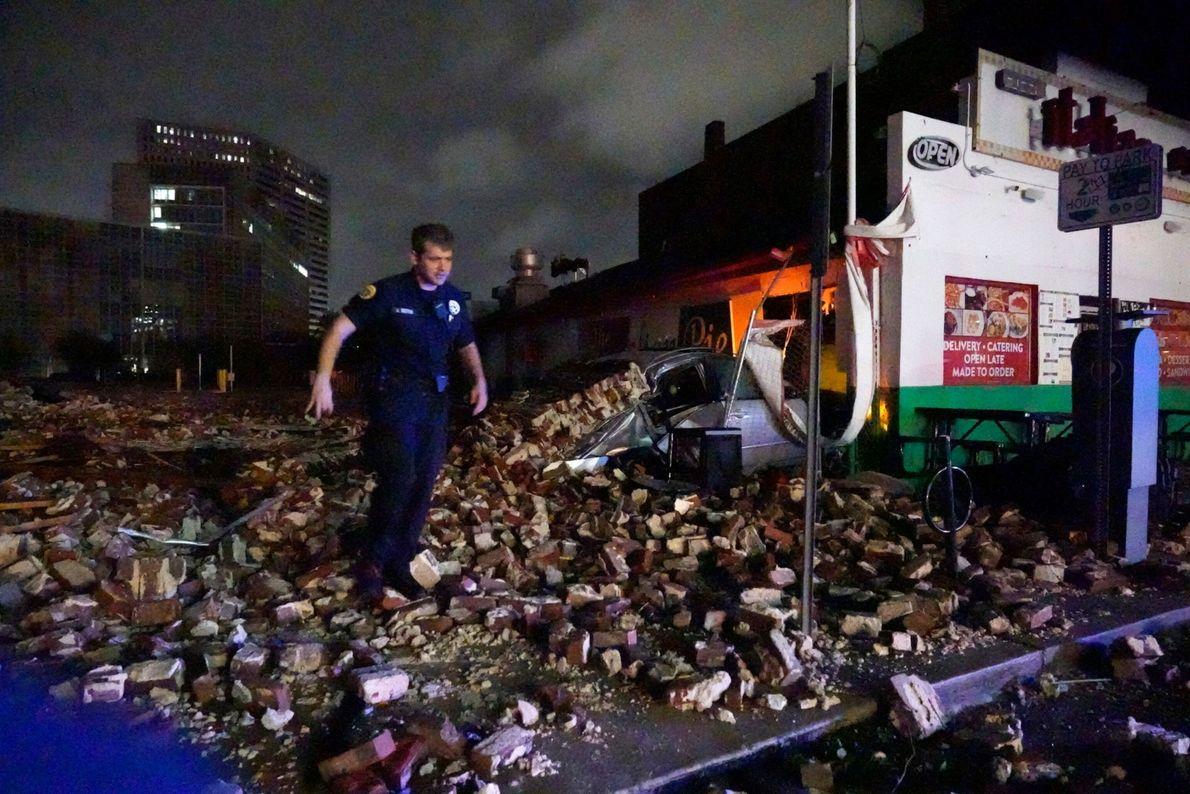 El detective de la policía de Nueva Orleans, Alexander Reiter, examina los escombros de un edificio ...