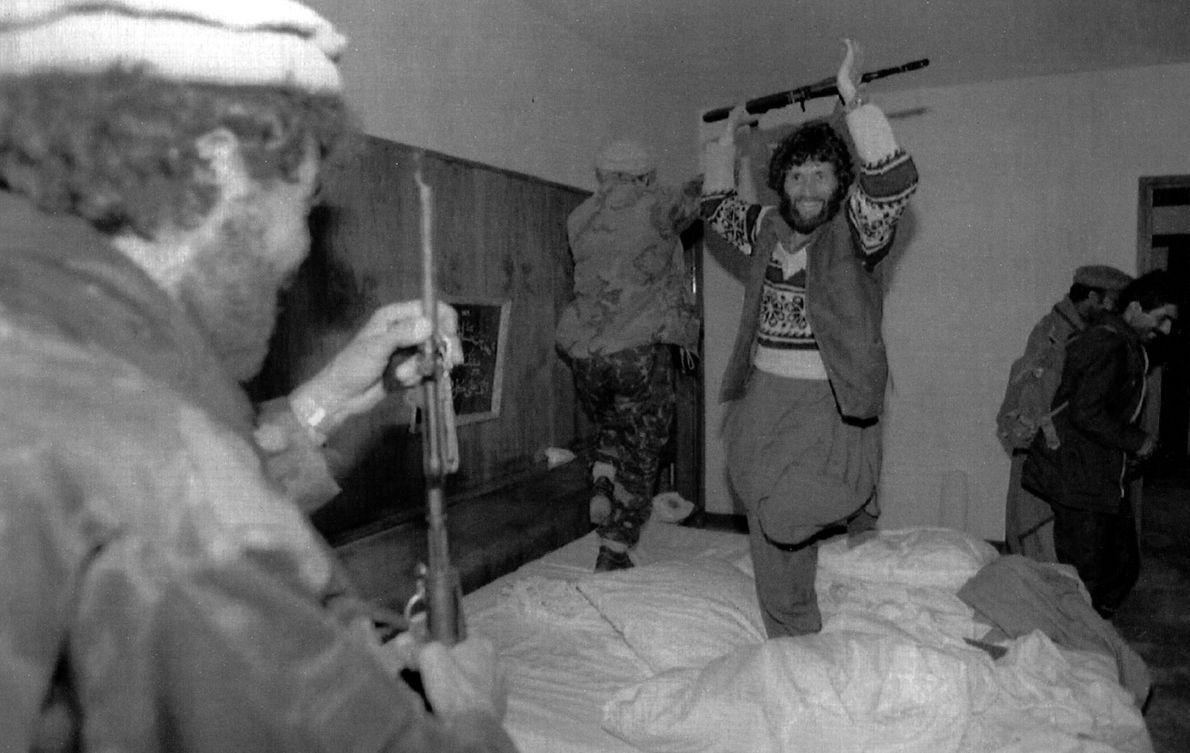 Muyaidines bailan en la cama de Najibullah