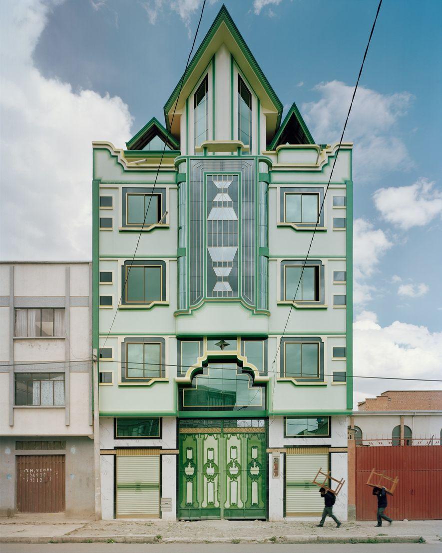 Los hombres se ven empequeñecidos por uno de los edificios esmeralda de Mamani.