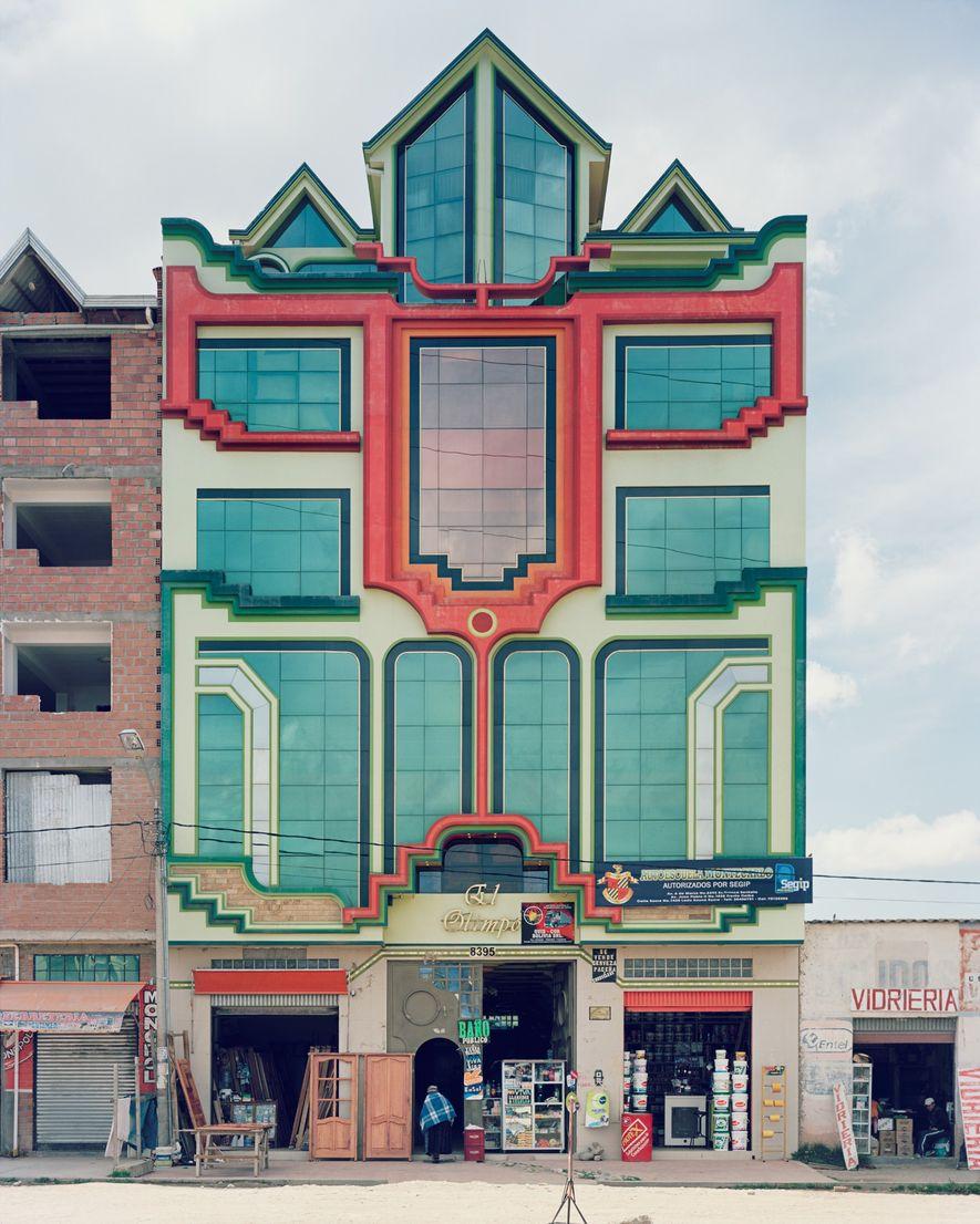 Los diseños de varios niveles de Mamani suelen tener tiendas en la planta baja. Los niveles ...