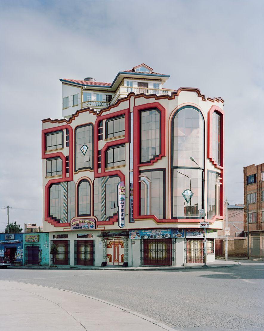 Una de las fachadas de cromo resplandeciente y acrílico brillante de Mamani contrasta con el vecindario ...