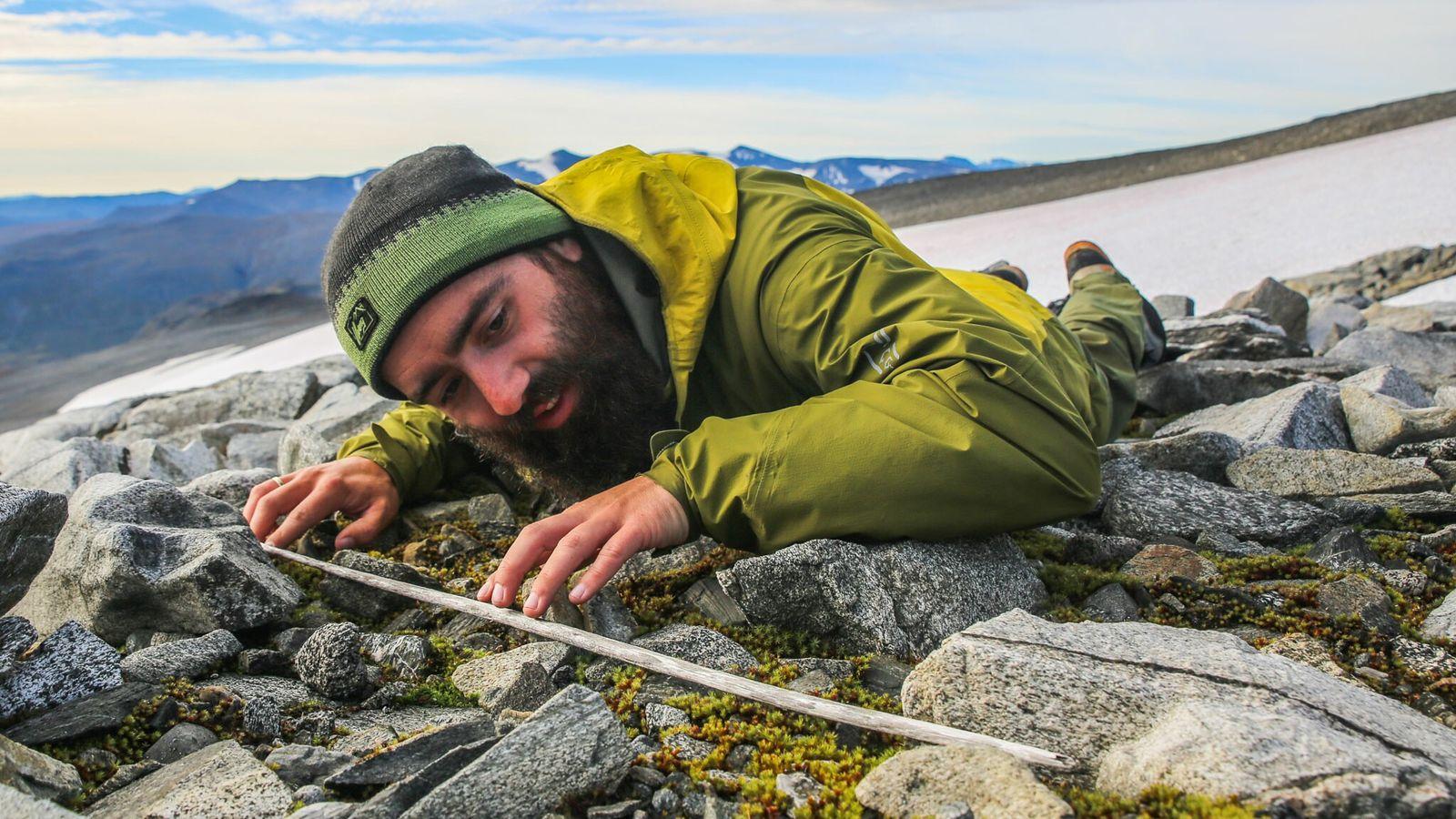 Un investigador examina el astil de una flecha