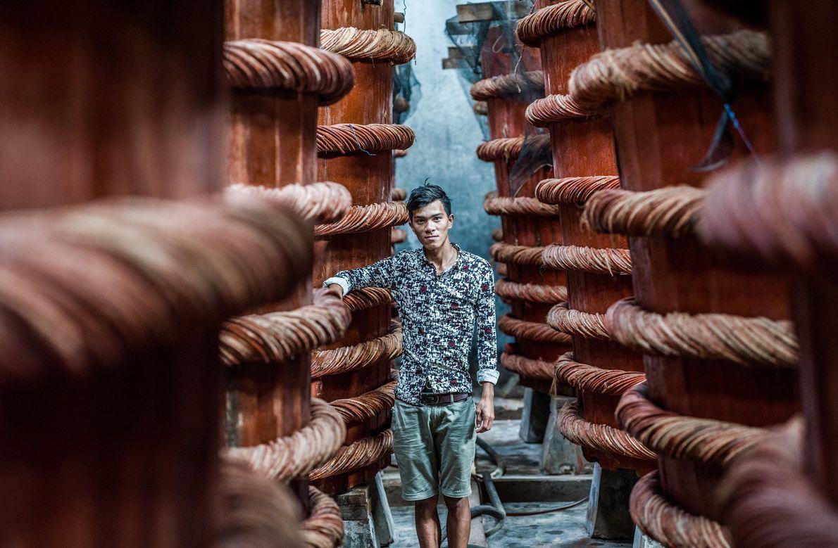 Un trabajador posa en una fábrica de salsa de pescado de Phú Quốc, famosa a nivel …