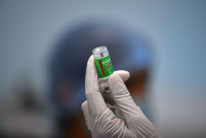 Un vial de la vacuna de Oxford-AstraZeneca