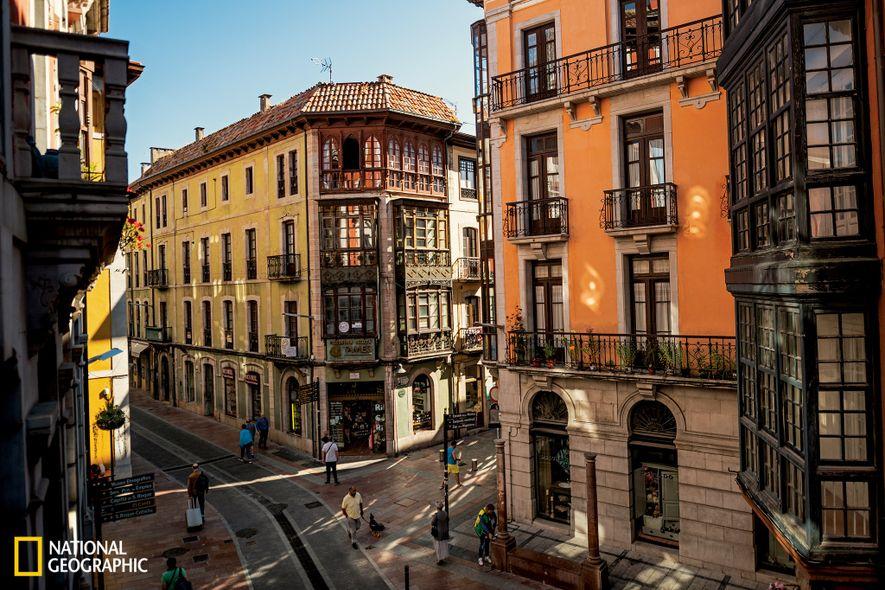 La localidad medieval de Llanes es uno de los mejores destinos de verano en Asturias. Imagen ...
