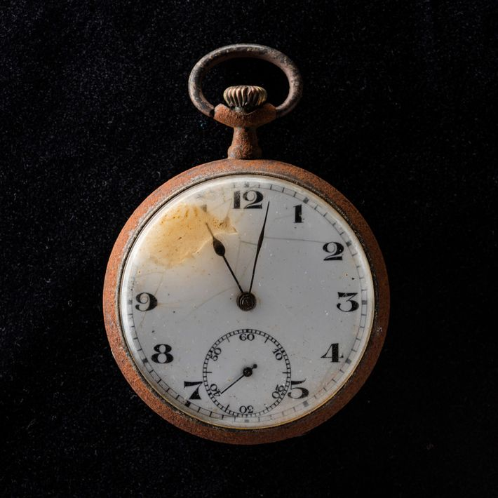 Reloj de bolsillo parado a las 11:02 de la mañana