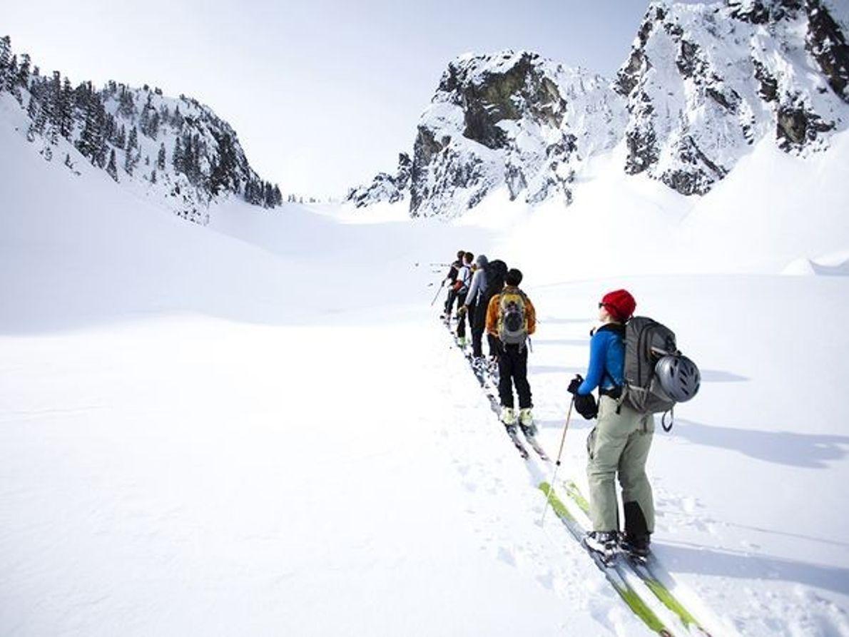 Fotografía de esquiadores practicando esquí de travesía en el estado de Washington.