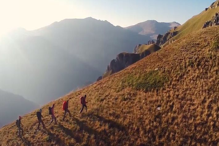 Escaladores ascendiendo el Pico Plat en la montaña Shar Planina al atardecer de Via Dinarica, en ...