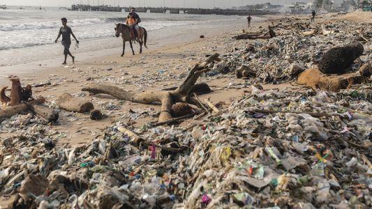 Bali lucha por limpiar el plástico de sus hermosas playas