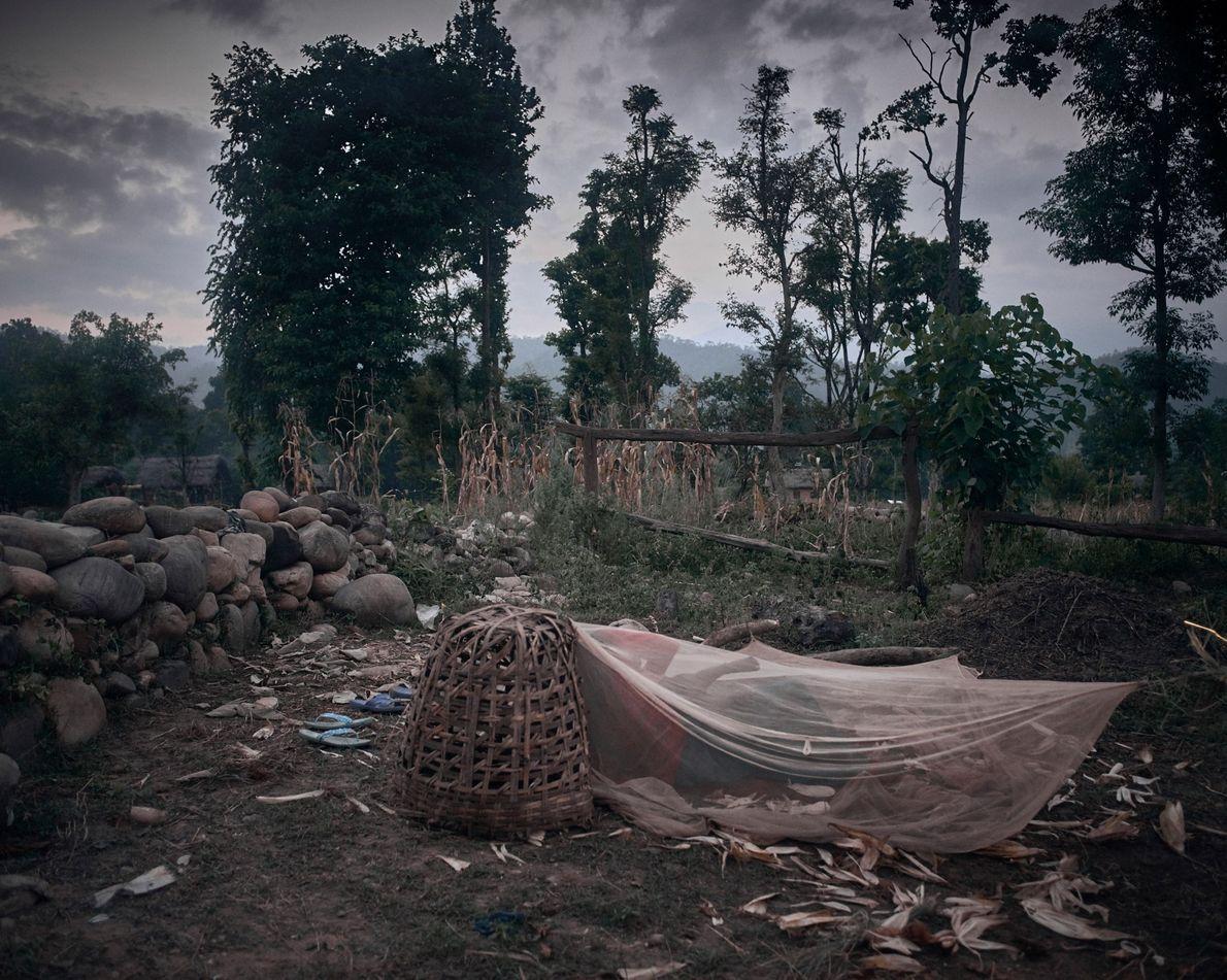 Una cabaña de chaupadi compartida por Pabitra Pariyar, de 14 años, y Dharma Nepali Pariyar, de …