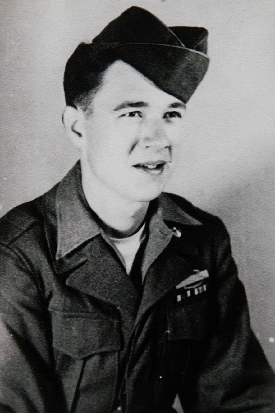 Vernon Brantley, veterano de batalla con 20 años, lleva con orgullo su Insignia de Acción de ...