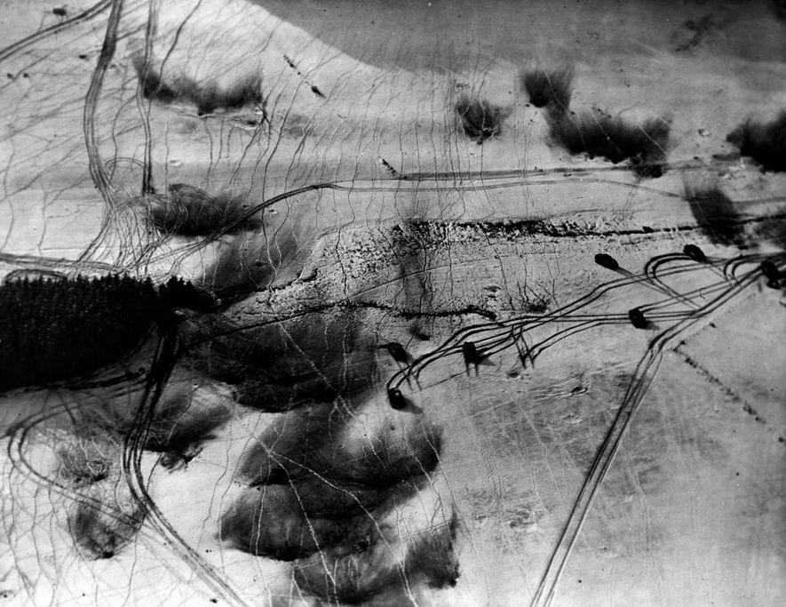 El mal tiempo impidió que los aviones aliados circularan durante los primeros días de la batalla, ...
