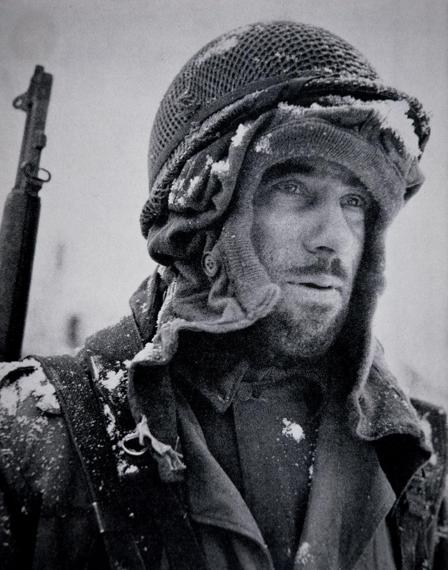 En pleno invierno y sin la ropa adecuada, un soldado se pone los restos de tela ...